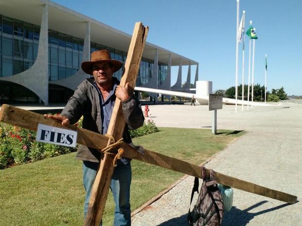 Produtor rural faz protesto em frente ao Palácio do Planalto, em Brasília, para pedir vaga no Fies para a filha (Foto: Laís Alegretti/G1)