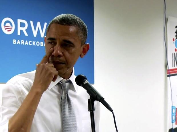 O presidente dos Estados Unidos, Barack Obama, não contém as lágrimas ao agradecer a um grupo de voluntários por seu trabalho e dedicação na campanha eleitoral, em vídeo gravado na quarta-feira (7), dia seguinte ao resultado, e divulgado nesta sexta (9).. (Foto: AP/PhotoBarackObama.com)