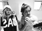 Fiorella Mattheis faz selfie dentro do banheiro com Alexandre Pato
