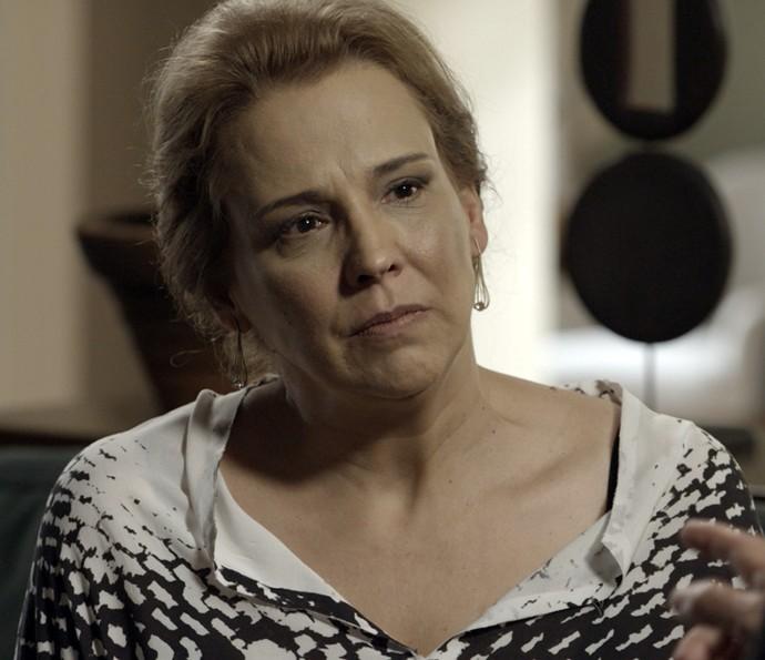 Emília fala mal de Vitória e Alberto não gosta  (Foto: TV Globo)