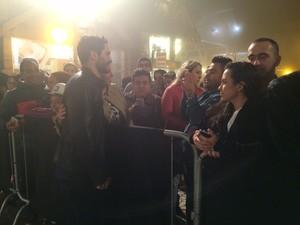 Argentino Michel Noher posa para fotos com fãs em Gramado RS (Foto: Rafaella Fraga/G1)