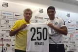 Após 250 jogos pelo Santos, Renato recebe homenagem de Clodoaldo
