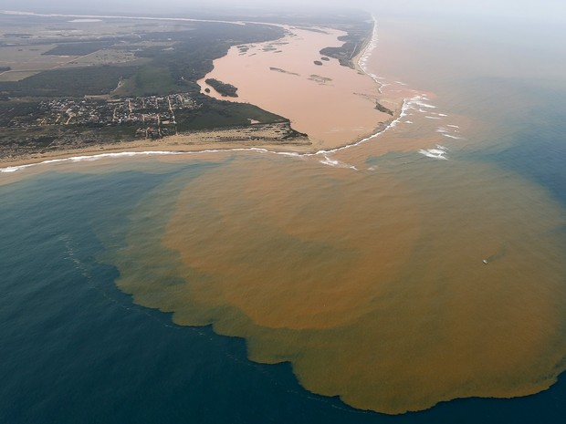 Vista aérea do Rio Doce desaguando no mar de Regência, no Espírito Santo , em 23 de novembro (Foto: Ricardo Moraes/Reuters)