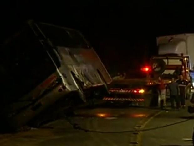 Acidente com caminhão e ônibus na SC-108 em Blumenau (Foto: Reprodução RBS TV)