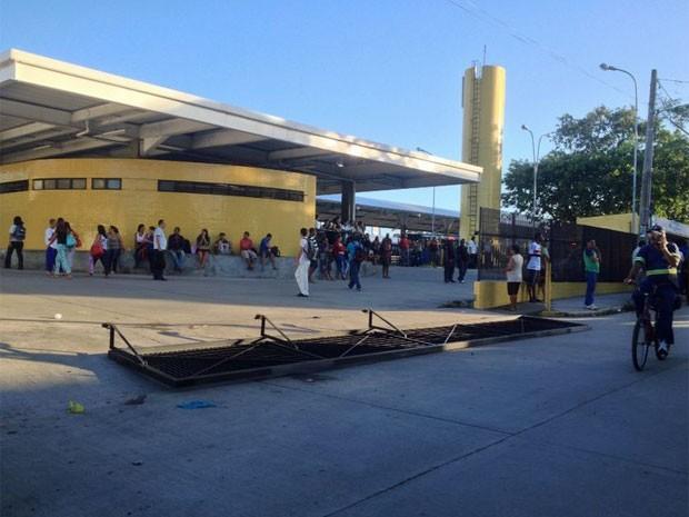 Portão foi derrubado no Terminal Integrado de Xambá (Foto: Kety Marinho / TV Globo)