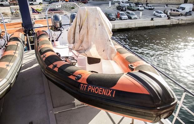 Barco possui botes para ajudar em operações de resgate de imigrantes no mar (Foto: BBC)