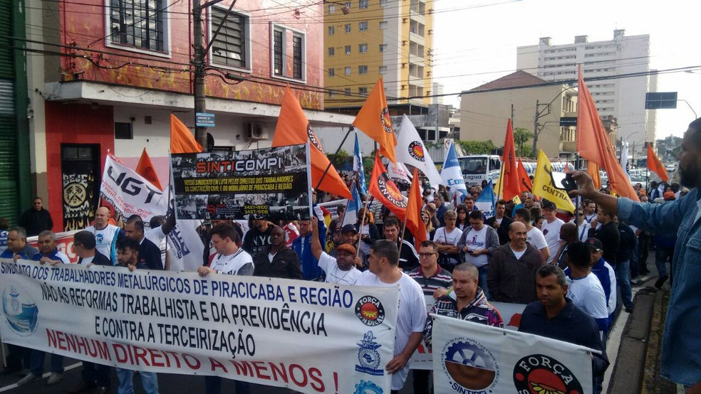 Greve geral: Manifestantes fazem passeata por avenida no Centro de Piracicaba (Foto: Edijan Del Santo/EPTV)