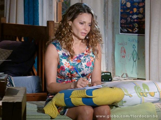 Doralice escreve carta de despedida para a família (Foto: Flor do Caribe / TV Globo)