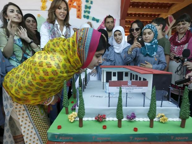 Malala Yousafzai comemorou seu aniversário de 18 anos no Líbano neste domingo (12)abrindo uma escola para garotas sírias refugiadas (Foto: Reuters/Jamal Saidi)