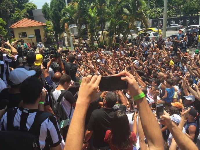 Montillo some no meio dos torcedores que foram a General Severiano (Foto: Thiago Lima)