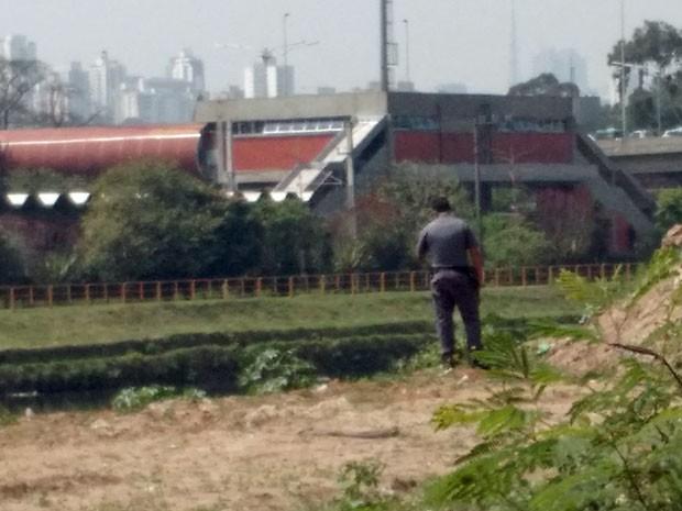 Policial militar faz buscas na região da Ponte da Cidade Universitária, na Marginal Pinheiros (Foto: Paulo Guilherme/G1)