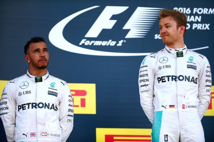 Nico Rosberg e Lewis Hamilton no pódio do GP da Rússia (Foto: Getty Images)