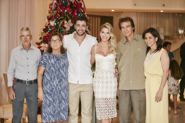 Gusttavo Lima e Andressa Suita com a família em Goiânia (Foto: João Augusto/ Michelle Barzotto/ Divulgação)