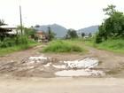 Moradores de Paraty, RJ, reclamam de ponte muito estreita e lama em rua