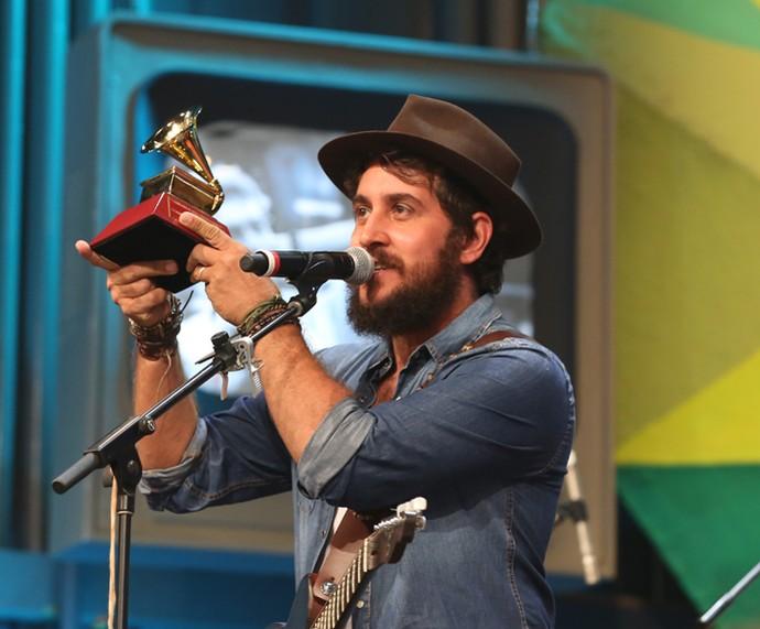 Suricato mostra o Grammy Latino no Altas Horas (Foto: Carol Caminha/Gshow)