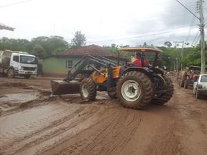 Máquinas são usadas na limpeza de Itaóca (Foto: Rodrigo Martins / G1)