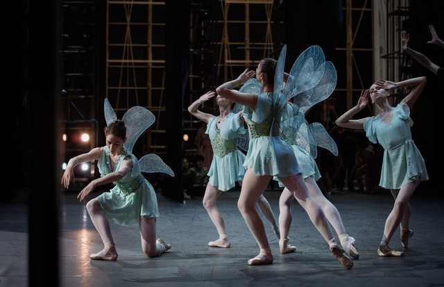 Fairies with Swarovski-crystal embellished wings, which created firefly-like effects in Lacroix's design for A Midsummer Night's Dream (Foto: ANN RAY)