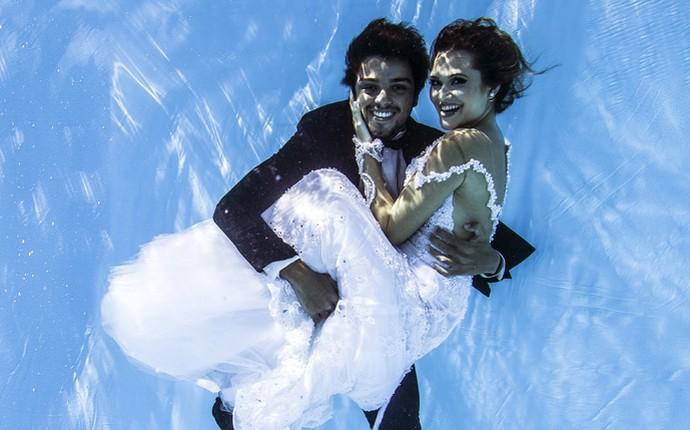 Rodrigo Simas e Juliana Paiva fotografam embaixo d'água  (Foto: Neto Fernandez / Divulgação)
