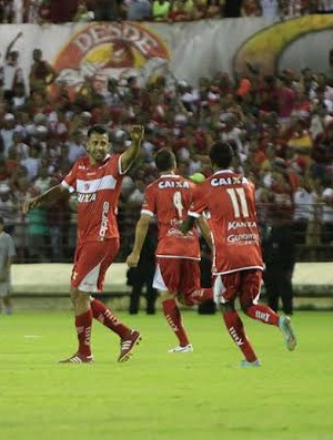 Já recuperado, Daniel Marques comemora gol com os companheiros (Foto: Ailton Cruz/ Gazeta de Alagoas)