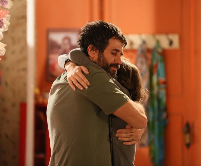 """K fica agradecida com o presente: """"Você é demais, pai"""" (Foto: Isabella Pinheiro/Gshow)"""