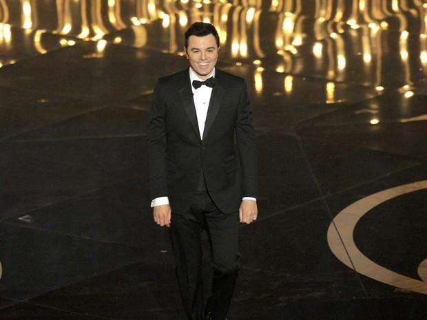O apresentador da noite Seth MacFarlene entra no palco do Oscar 2013 (Foto: AP)