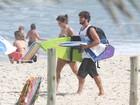 Deborah Secco exibe boa forma ao lado do namorado em dia de sol no Rio