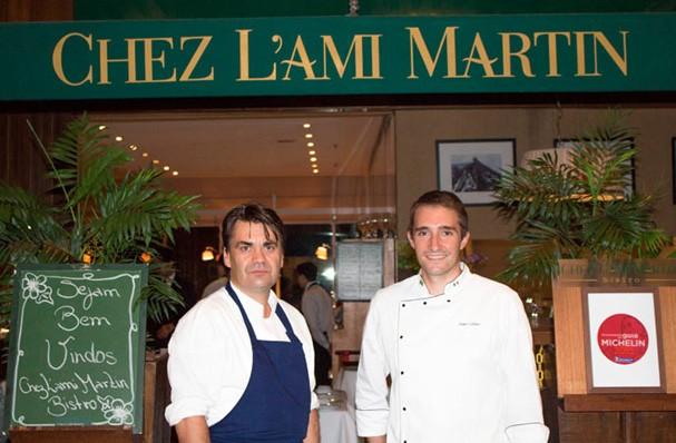 Pascal Jolly e o maître crêpier Julien Collinet no Chez L'Ami Martin (Foto: Reprodução)