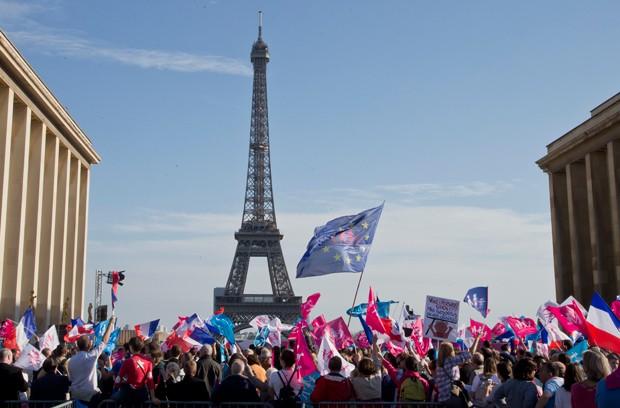 Ato contra união gay levou milhares às ruas na França (Foto: Michel Euler/AP)