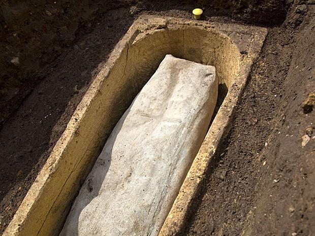 Caixão de chumbo achado dentro de caixão de pedra em Leicester deve conter frade ou cavaleiro (Foto: Universidade de Leicester)