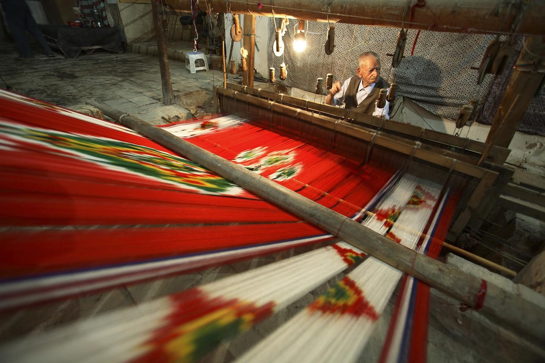 Um homem fiando com seda na cidade de Yazd (FOTO: REPRODUÇÃO)