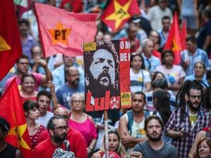 PORTO ALEGRE: Manifestantes participam de protesto pela democracia e contra o impeachment da presidente Dilma Rousseff em Porto Alegre (Foto: Jefferson Bernardes/AFP)