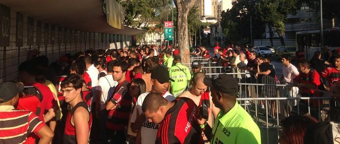 A fila na bilheteria 2 para retirada de ingressos da internet ainda era grande no meio do 1º tempo (Foto: Chris Mussi)