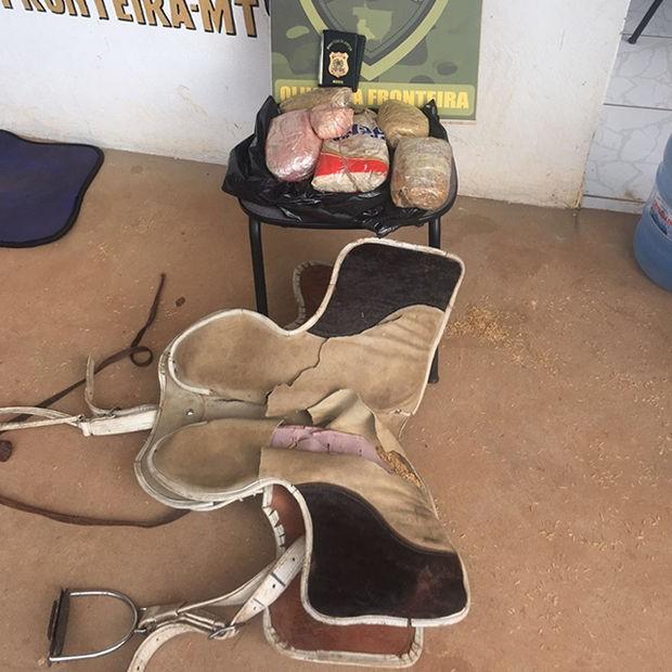 Homem é preso em MT com droga escondida em sela de cavalo (Foto: Gefron/MT)