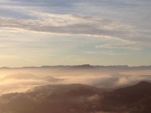 Neblina encobriu a Região Metropolitana na manhã desta terça-feira. (Foto: Isabela Scalabrini/ TV Globo)