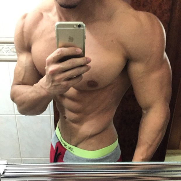 9664a0ac1 EGO - Felipe Franco chama a atenção ao mostrar cintura fina na web ...