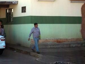 O ex-deputado Bispo Rodrigues deixa presídio em Brasília para ir trabalhar em uma rádio (Foto: Dayane Oliveira / G1)