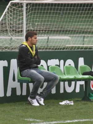Caio Vinicius assiste o treino do Coritiba (Foto: Gabriel Hamilko / GloboEsporte.com)