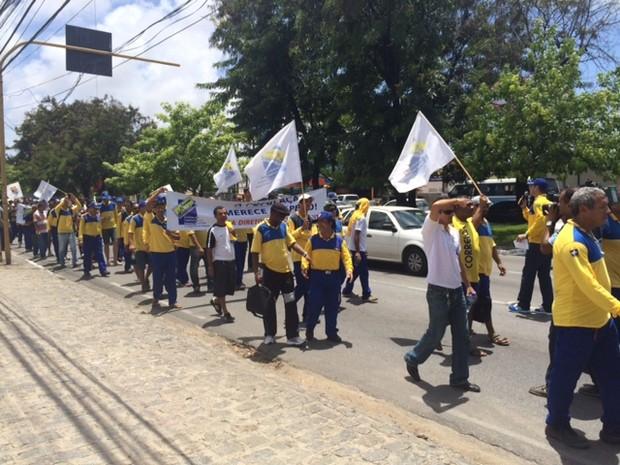 Funcionários seguiram em caminhada pela Avenida Fernandes Lima (Foto: Michelle Farias/G1)