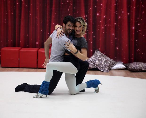 Animados, Giovanna e Rogério avançam na coreografia (Foto: Pedro Curi/ TV Globo)