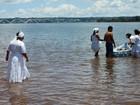 Grupo mergulha no Lago Paranoá, no DF, para fazer oferendas a Iemanjá