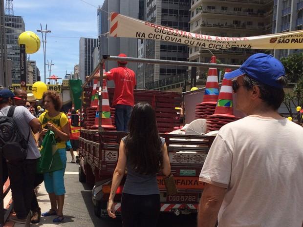 Ciclofaixa da Avenida Paulista é desmontada durante manifestação neste domingo (Foto: Karina Godoy/G1)