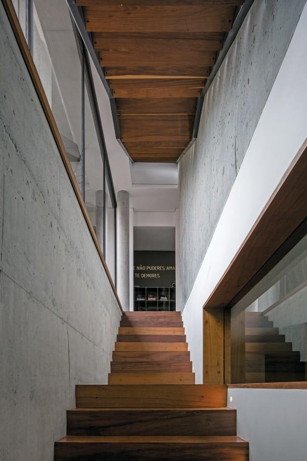 Escada. Revestida de cumaru, liga o subsolo ao térreo (Foto: Leonardo Finotti / Editora Globo)