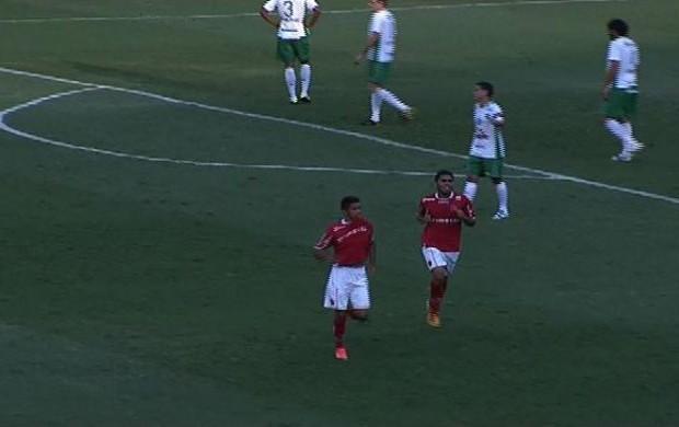 Pedro Júnior comemora gol contra a Chapecoense (Foto: Reprodução/TV Anhanguera)