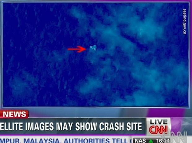 Vídeo da rede americana CNN mostra imagem de satélite chinês com manchas que poderiam indicar localização do avião desaparecido (Foto: Reprodução/CNN)