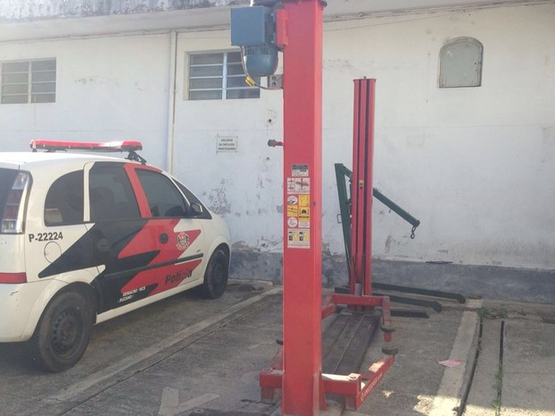 Elevador e outras peças automotivas foram apreendidas pela PM em Suzano (Foto: Carol Paes/ TV Diário)