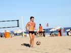 Ex-BBB Rafael exibe boa forma em praia no Rio