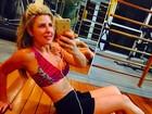 Ex-BBB Iris Stefanelli posa de top e shortinho para exibir sua boa forma