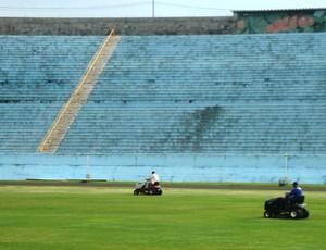 Estádio do Café em Londrina Tratamento grama para jogo do Palmeiras (Foto: Rodrigo Saviani)