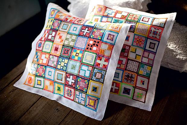 Patchwork | Os temas geométricos ganharam versão mais atual nas almofadas com linhas coloridas (Foto: Kiko Ferrite/ Divulgação      )
