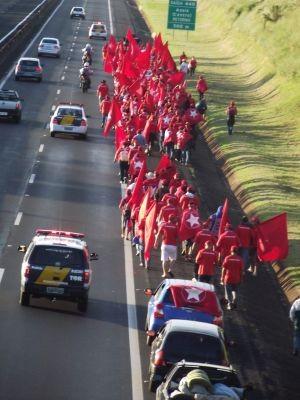 Manifestantes caminham pelo acostamento e a polícia interditou uma das faixas  (Foto: Roberto Silo/ Diário de Assis )